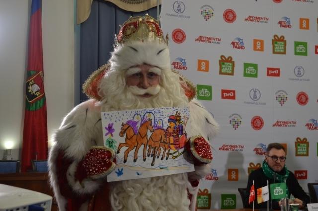 Сам Дед Мороз тоже не уехал из Кемерова без подарка.