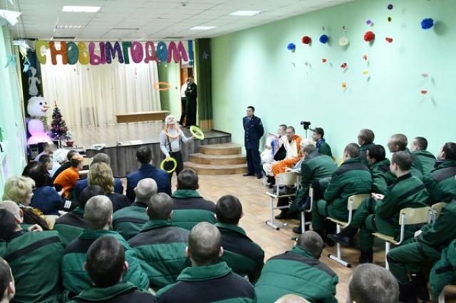 Народный артист показал ребятам небольшое цирковое представление.