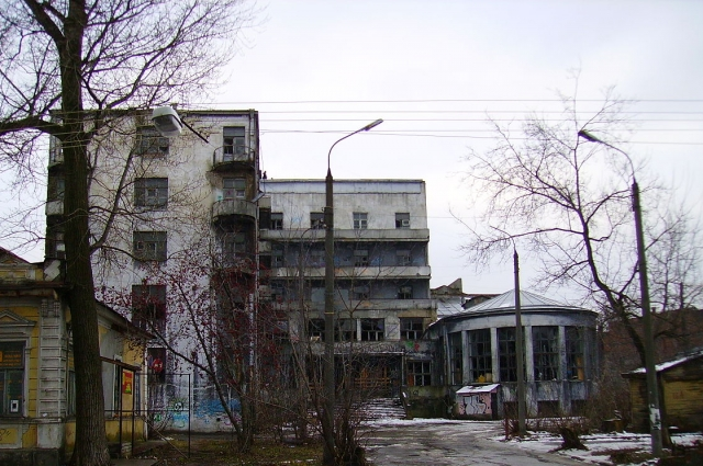 Полуразрушенный ныне Дом чекиста больше 20 лет был жилым зданием.