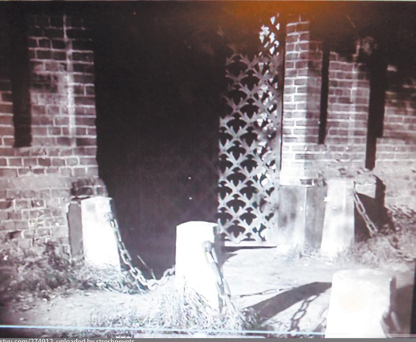 В фильме крупным планом показаны ворота усадьбы Покровское-Стрешнево.