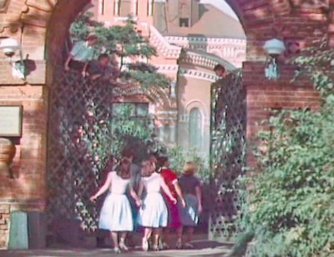 Ворота усадьбы Покровское-Стрешнево на Волоколамском шоссе в фильме 1962 г. «Семь нянек».