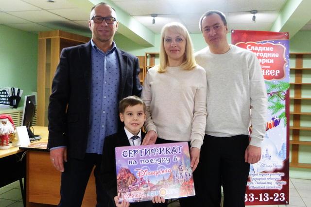 Евгений Каюмов (слева) и семья Мочаловых.