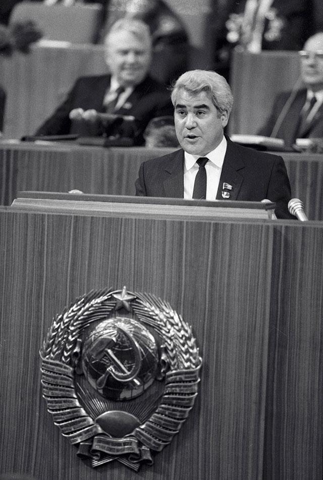 Первый секретарь ЦК Компартии Туркменистана Ниязов выступает на трибуне Кремлевского Дворца съездов, 1986 г.