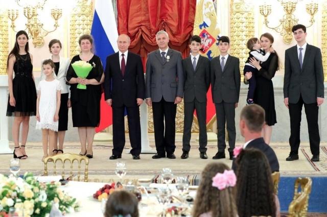 Семью награждал президент Владимир Путин.