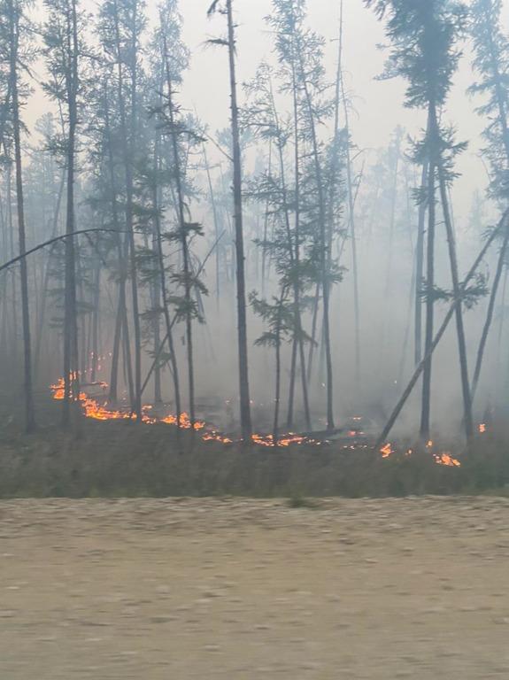 По дороге в село Боясь-Кюель все еще местами есть огонь.
