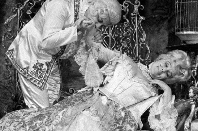 Александр Ширвиндт в роли графа Альмавивы и Вера Васильева (справа) в роли графини в спектакле «Женитьба Фигаро». Театр Сатиры, 1977 год