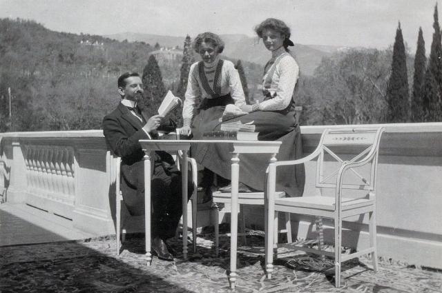 Пьер Жильяр со своими ученицами: великими княжнами Ольгой и Татьяной.