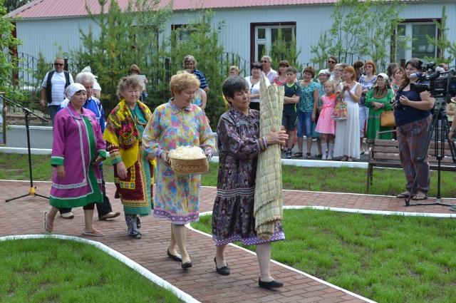 Семья Юрия Вэллы принимает подарки.