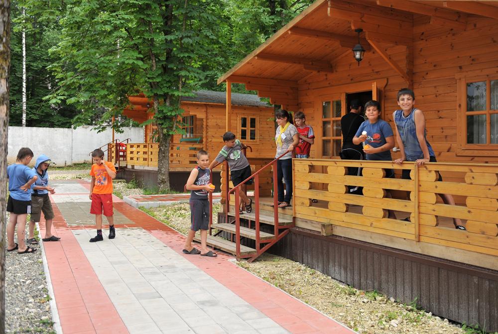 За четыре летних потока в лагерях Адыгеи должны отдохнуть 1 020 детей со всей России.