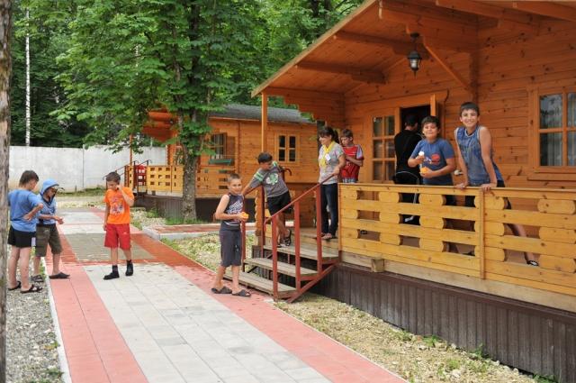 Дети в летних лагерях находятся под постоянным наблюдением.