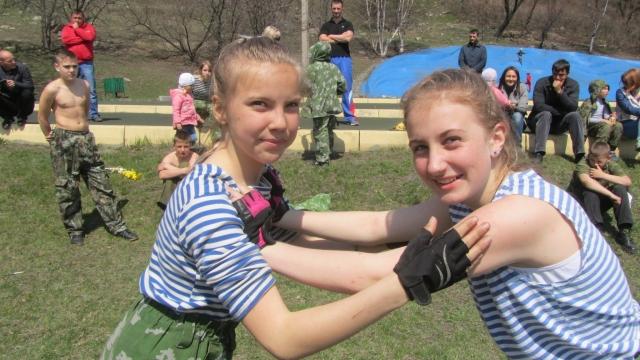 Девочки - украшение отряда юных спецназовцев