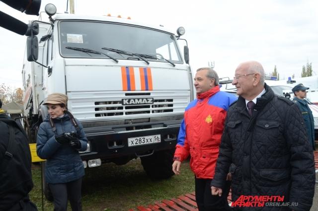 Министр Пучков и губернатор Берг наградили лучших спасателей.