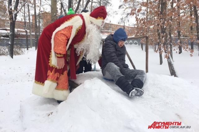 Дед Мороз катался на горке вместе с ребятами.