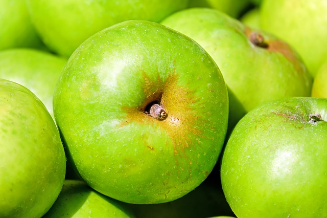 Лучше использовать зелёные яблоки.