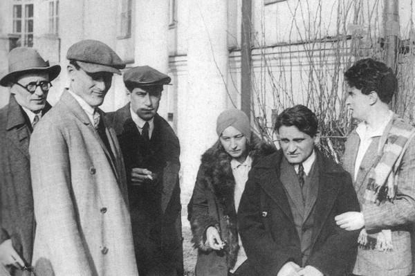 В день похорон Владимира Маяковского 17 апреля 1930 года. Слева направо: Михаил Файнзильберг, Валентин Катаев, Михаил Булгаков, Юрий Олеша и Иосиф Уткин; во дворе Клуба писателей.