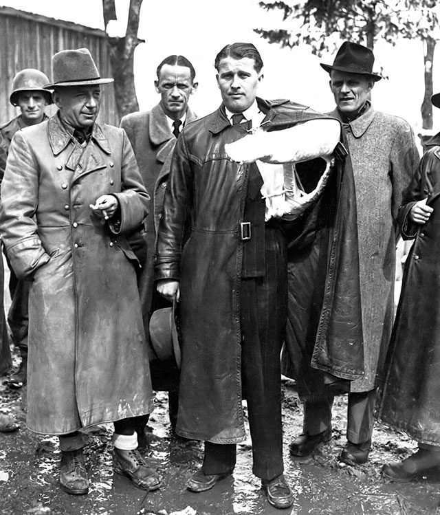 В. фон Браун после сдачи в плен союзникам в мае 1945 года. Слева — Дорнбергер.