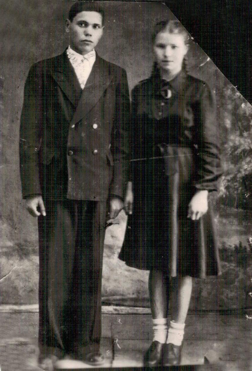 Послевоенное фото родителей бережно хранится в семейном альбоме.