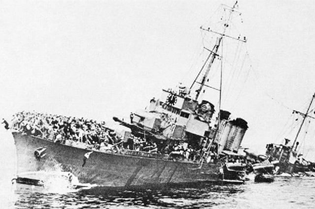Французский эсминец BOURRASQUE, загруженный войсками.