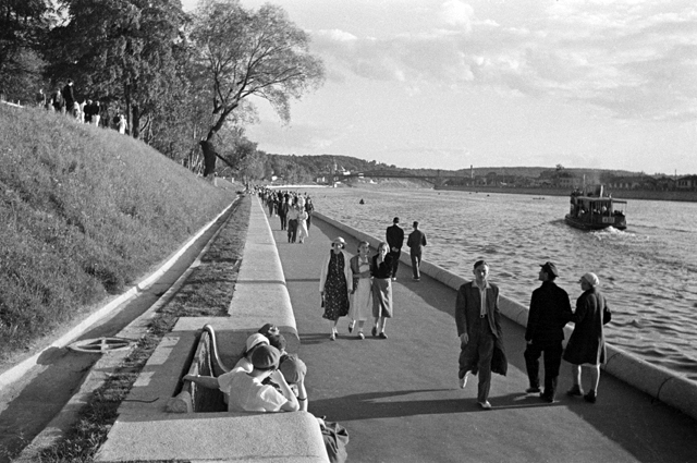На набережной в Центральном парке культуры и отдыха (ЦПКиО) имени А.М. Горького. Москва, 1952 год.