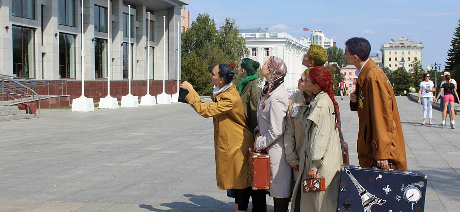 Театр «Сказка» перед открытием сезона устроил уличный перформанс