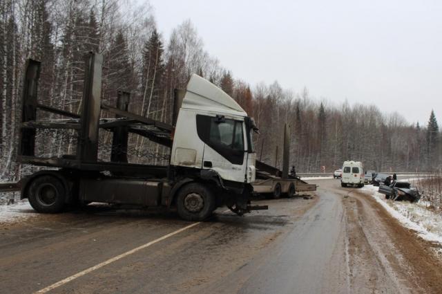 Грузовик IVЕСО с полуприцепом выехал на встречную полосу и врезался в легковой автомобильВАЗ-21140, в котором находился водитель и трое пассажиров.