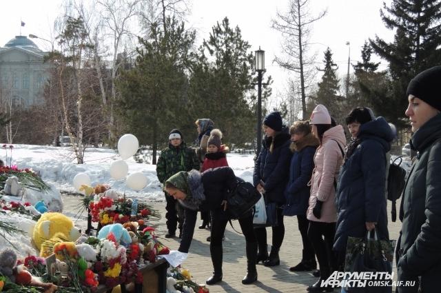 Среди пришедших к мемориалу много детей.
