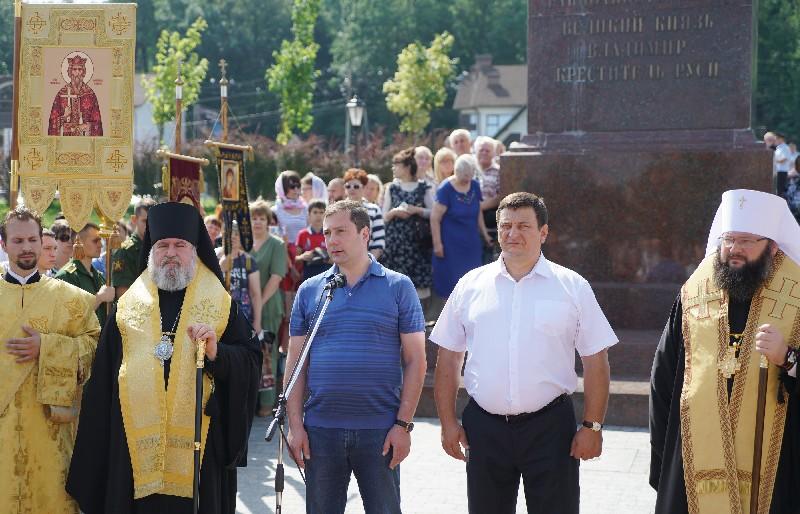 Губернатор обращается к пришедшим на Владимирскую набережную.