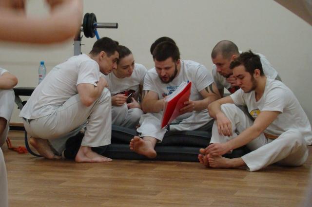 По словам Вадима Кузьмина (в центре с папкой) в капоэйре каждый найдёт то, что ему больше нравится