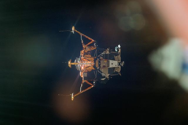 Лунный модуль «Орёл» на орбите вокруг Луны после расстыковки с командным модулем «Колумбия».