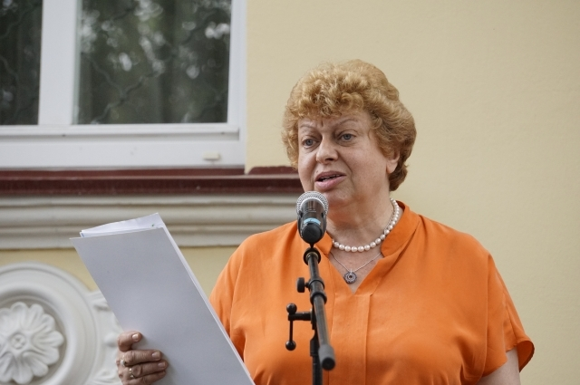 Анна Пугач возле дома поэзии в Твери.