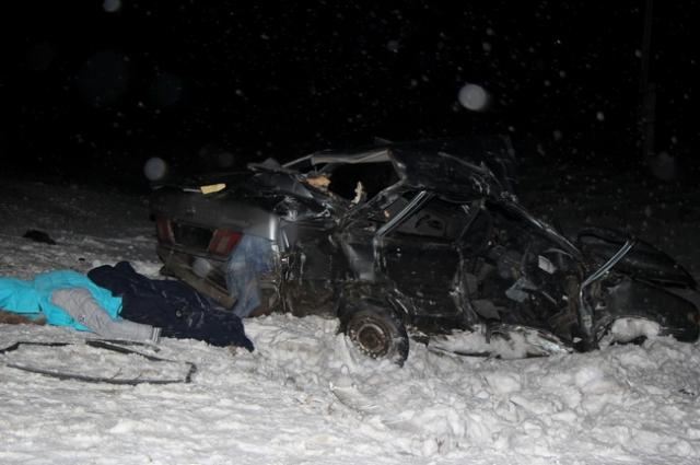 Из-за сильного удара машину отбросило в кювет.