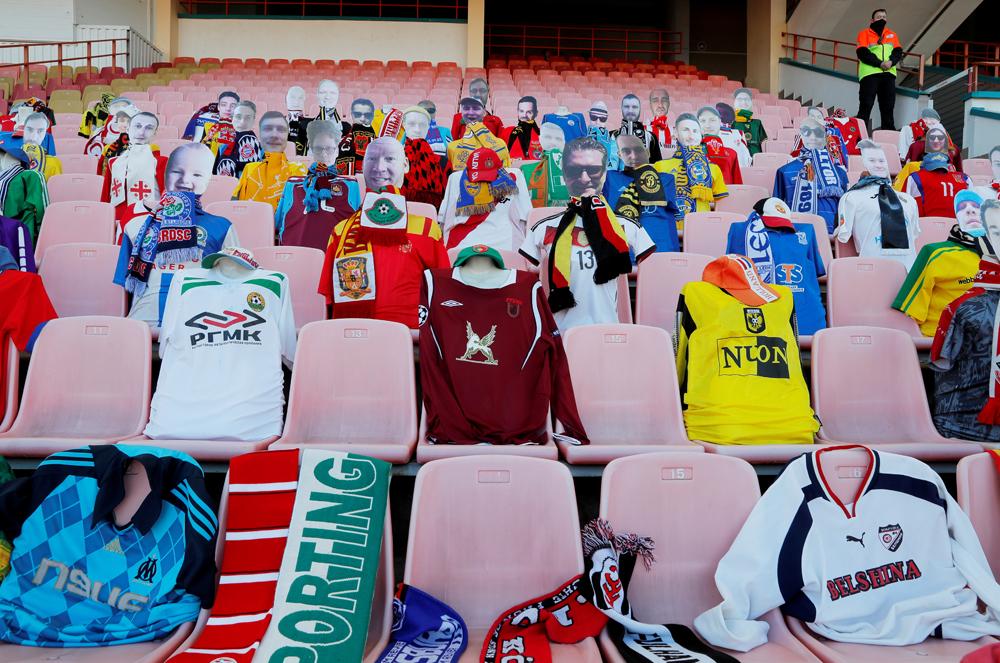 Часть мест на стадионе в Бресте во время матча между местным «Динамо» и «Шахтёром» из Солигорска заняли… манекены. Дело в том, что «Динамо» запустило в продажу виртуальные билеты, пообещав отправить вырученные средства на борьбу с коронавирусом вБеларуси. Болельщикам, купившим такие билеты, гарантировали виртуальное присутствие на матче. В итоге на трибунах оказались манекены, одетые в футболки различных команд мира, к которым прикрепили фотографии 30 обладателей виртуальных билетов.