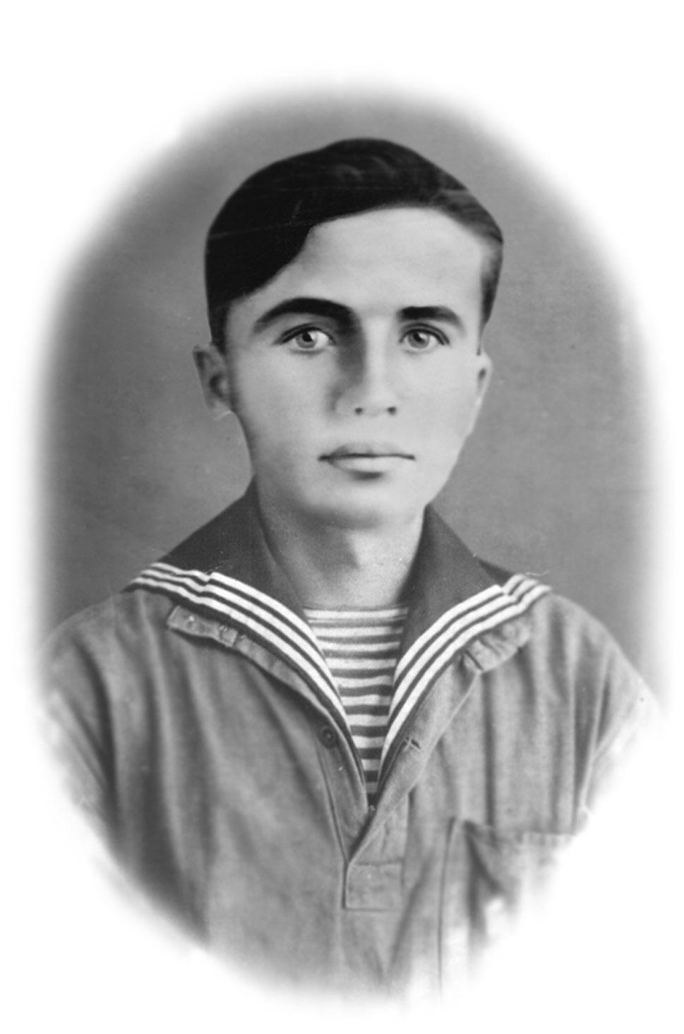 Борис Иванович Елисеев 1923 года рождения, краснофлотец,рота разведчиков 74 отдельной морской стрелковой бригады. Участник обороны Москвы. Погиб 6 февраля 1941 гдоа под Старой Руссой.