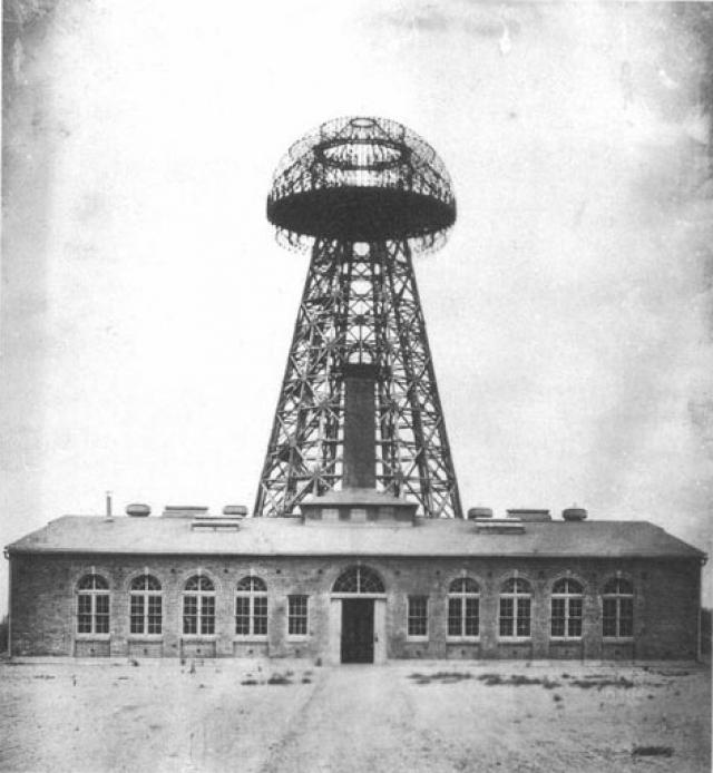 Завод Tesla в Варденклифе на Лонг-Айленде в 1904 году. На этом заводе Тесла надеялся продемонстрировать беспроводную передачу электроэнергии через Атлантику.