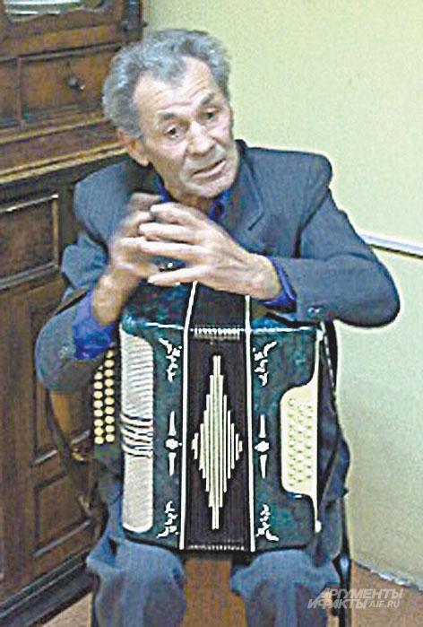 Душа села - тракторист и баянист Владимир Лосев