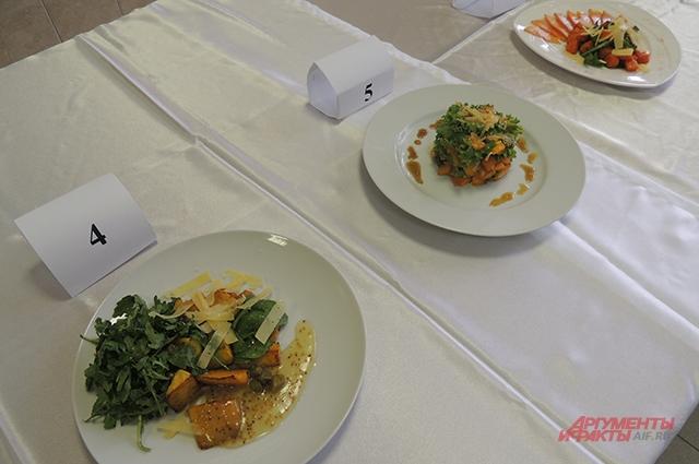 У каждого из конкурсантов теплый тыквенный салат выполнен по-разному.