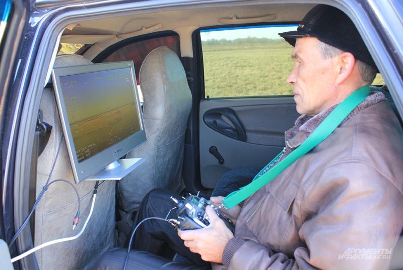 Николай Николаевич управляет своим изобретением через телеэкран в автомобиле
