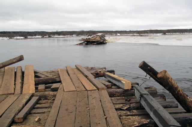 Обрушение второго моста в Вельском районе.