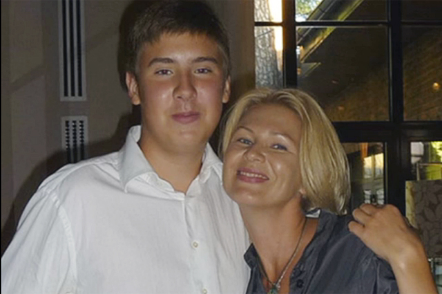 Егор Сосин с матерью.