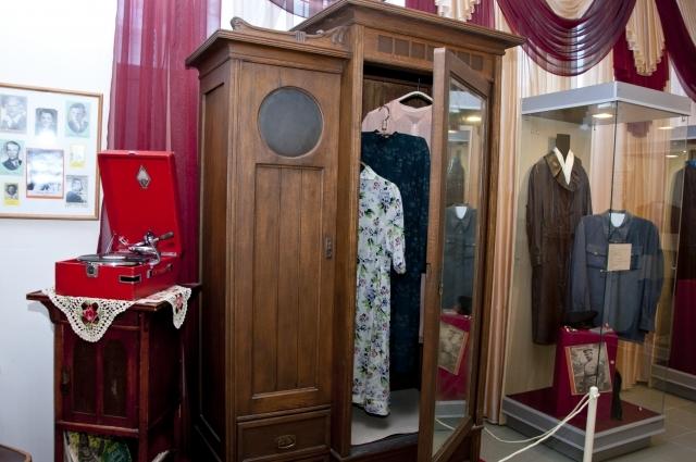 Одежду не выбрасывали. Даже старая одежда долго хранилась в шкафу.