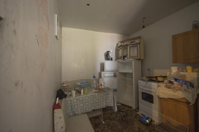 Кухня, где готовят еду питомцам приюта и питается Татьяна.