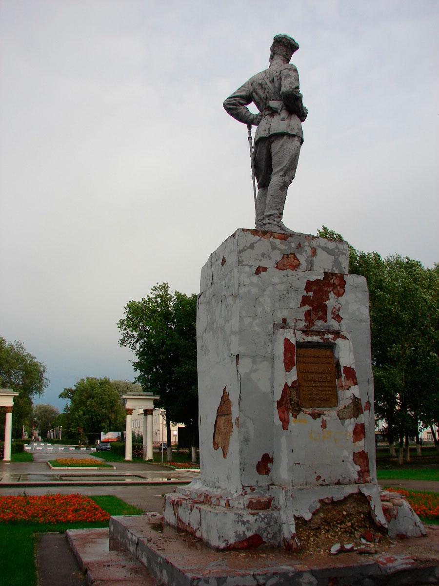 Памятник Чапаеву стремительно разрушается.