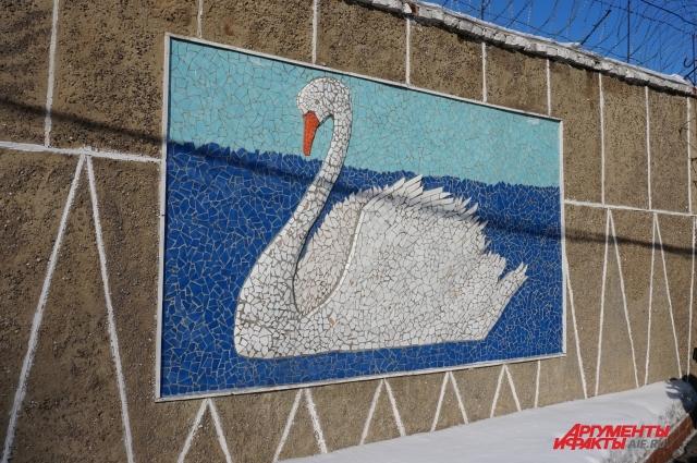 Изображение белого лебедя встречается во многих местах на территории колонии.