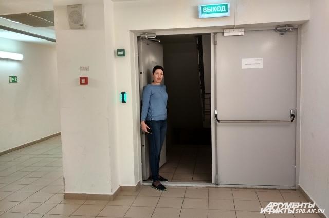 В большинстве торговых центров эвакуационные выходы открыты.