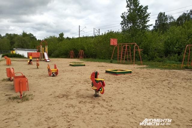 Здесь есть детская зона с песком и качелями.