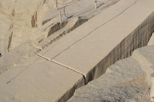 Гранитные блоки в каменоломнях близ Асуана.