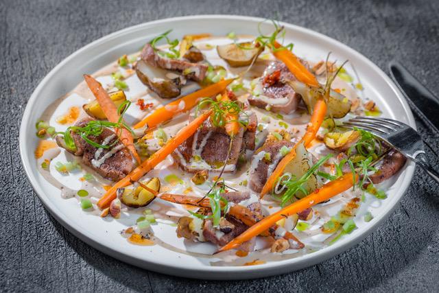 Салат из запеченных овощей с томленым языком