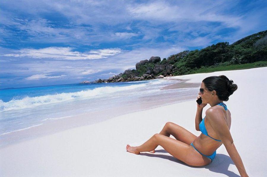 Русские люди любят понежиться на песочке у моря.