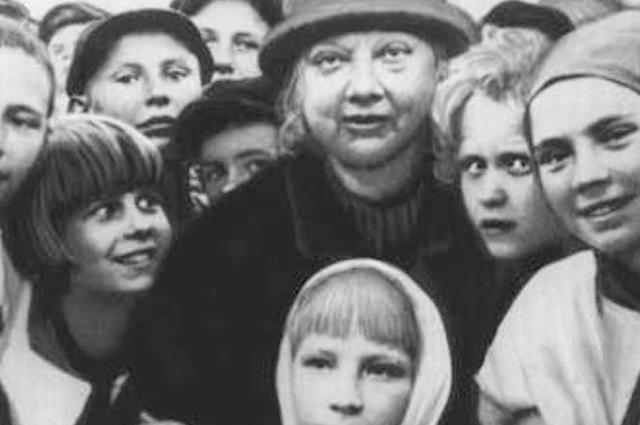 Крупская была одним из первых совет- ских педагогов, радевших за идею тесной взаимосвязи семьи и школы.