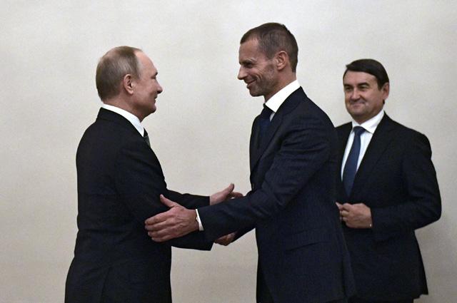 Владимир Путин и президент Союза европейских футбольных ассоциаций (УЕФА) Александер Чеферин во время встречи.
